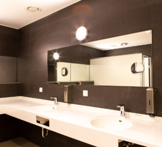 Camping Pirna - Waschbecken mit großem Spiegel in Sanitärgebäude 2