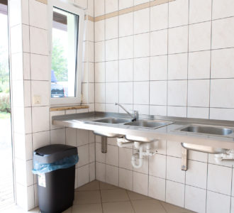 Waschraum mit Papierkorb und Waschbecken des Campingplatz Pirna
