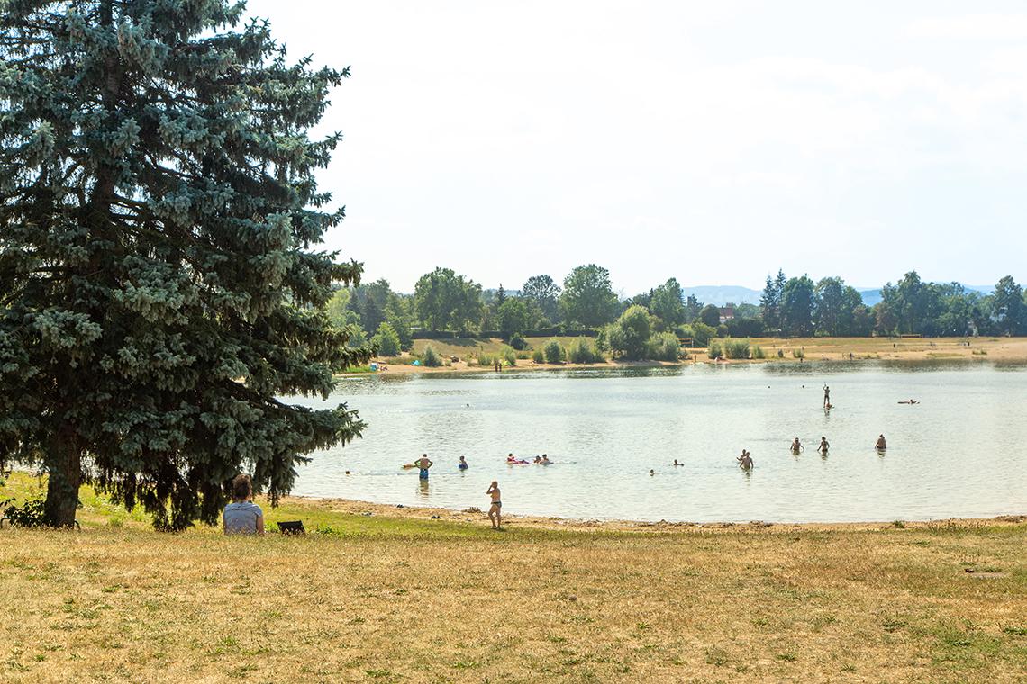 Badende Menschen im Natursee Pirna-Copitz