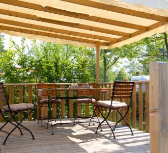 Bungalow - Terrasse mit Stühlen