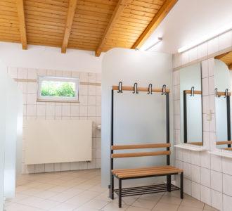 Umkleidekabine in Sanitärgebäude 1